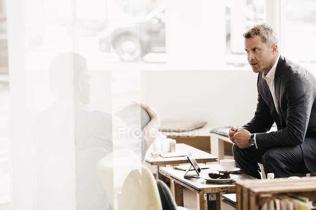 Gens d'affaires ayant une réunion informelle dans un café — Photo de stock