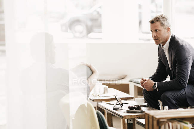 Business people having an informal meeting at a cafe — Stock Photo