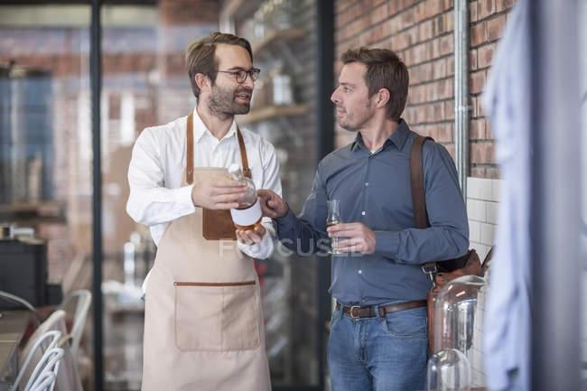 Man talking to customer — Stock Photo