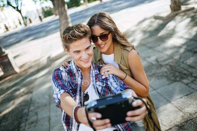 Junges Paar in Liebe nehmen Selfie mit Kamera — Stockfoto