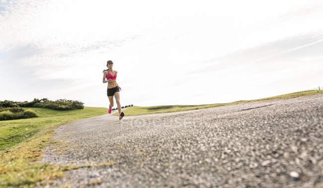 Астурія, Іспанія, бігун жінка навчання на відкритому повітрі — стокове фото