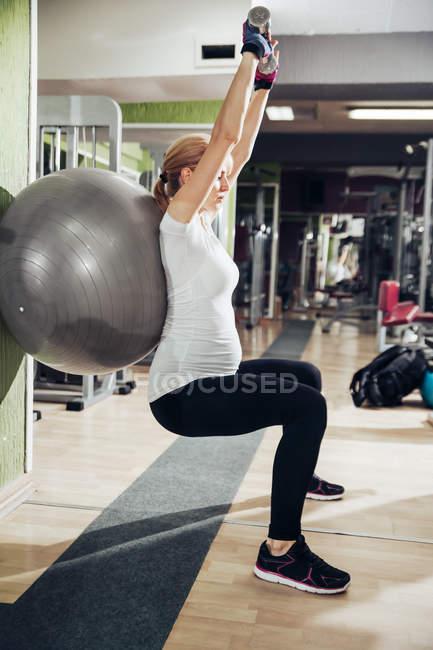 Беременная женщина делает упражнения — стоковое фото
