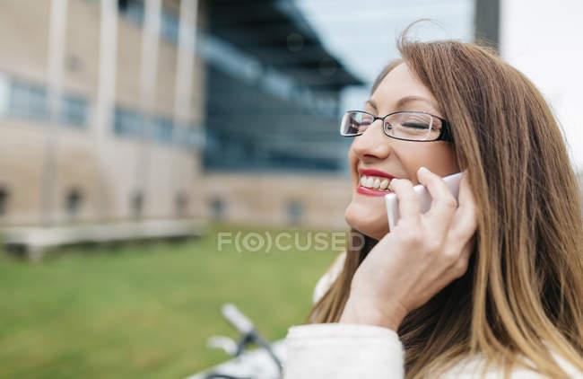 Retrato de mujer de negocios con gafas hablando por teléfono - foto de stock