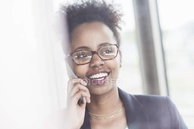Geschäftsfrau telefoniert mit Smartphone — Stockfoto