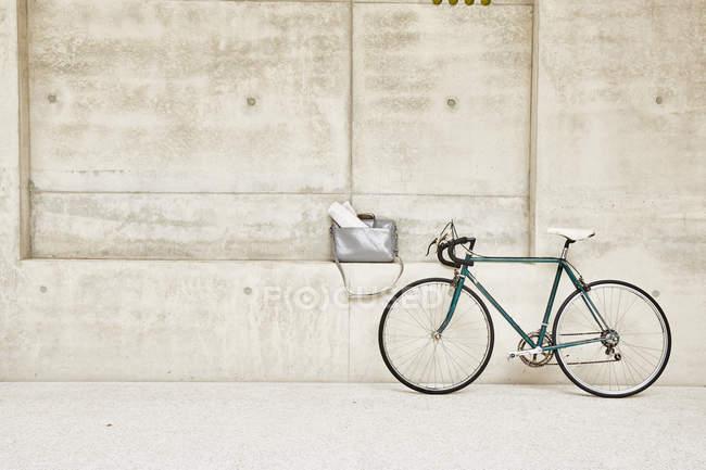 Fahrrad an Betonwand — Stockfoto
