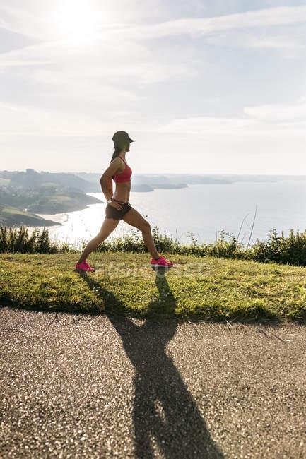 Mulher de aptidão de Astúrias, Espanha, fazendo alongamento ao ar livre — Fotografia de Stock