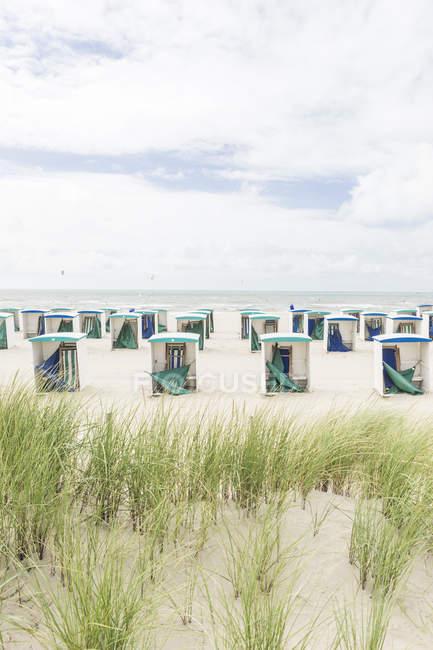 Порожні пляжі хатин в низький сезон — стокове фото