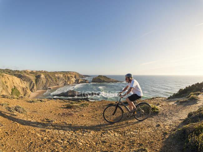Bicicleta de montanha de homem sênior — Fotografia de Stock