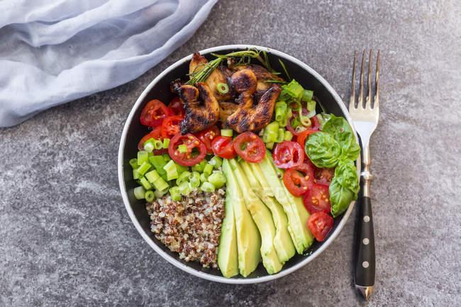 Fried Chicken mit Quinoa, Tomaten, Avocado, Frühlingszwiebeln und Kräutern in Schüssel — Stockfoto