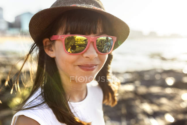 Portrait of a smiling girl on the beach at sunset — Stock Photo