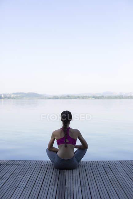 Молодая женщина расслабляется после упражнений — стоковое фото