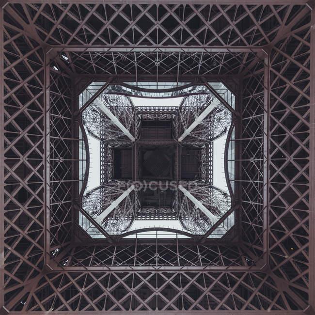 Vu d'en bas de la Tour Eiffel — Photo de stock