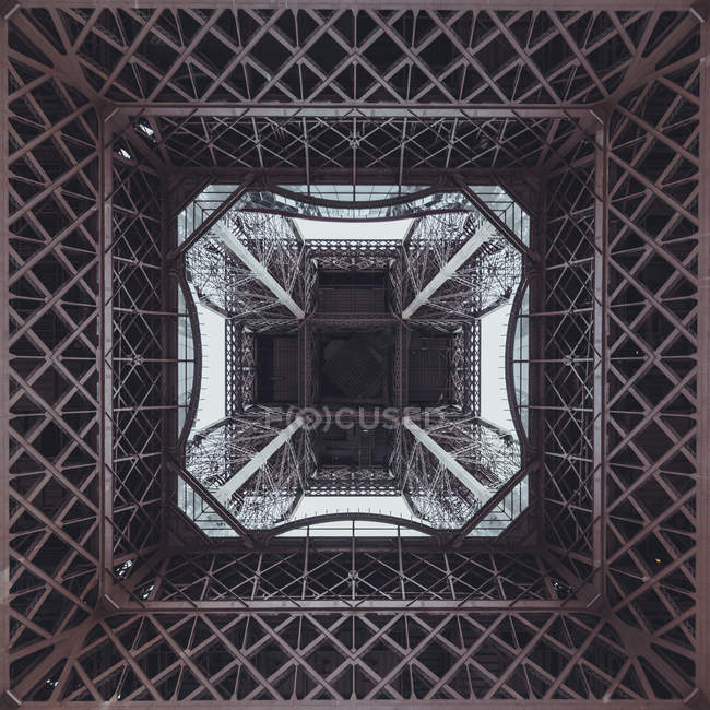 Torre Eiffel vista dal basso — Foto stock