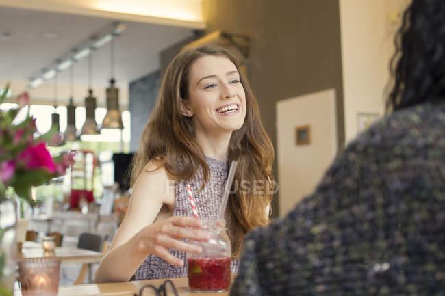 Deux amis réunis à café — Photo de stock