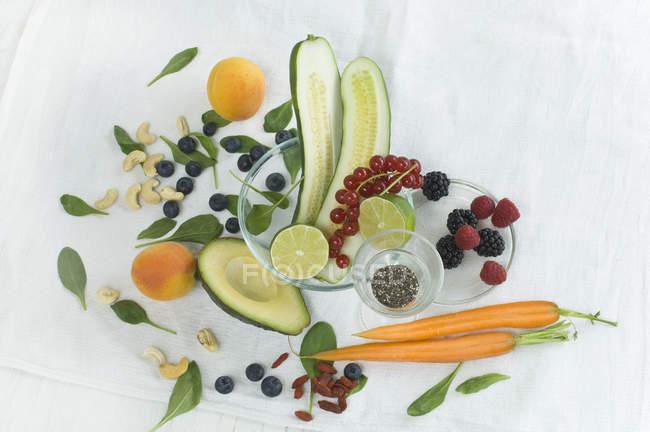 Semillas de chía con frutas y verduras frescas - foto de stock