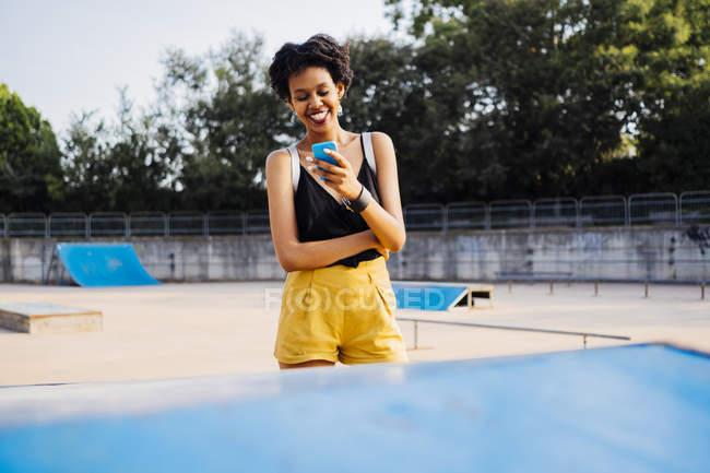 Femme regardant le téléphone portable — Photo de stock