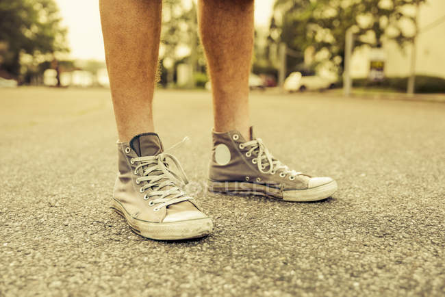 Man's feet with old sneakers, close-up — Stock Photo