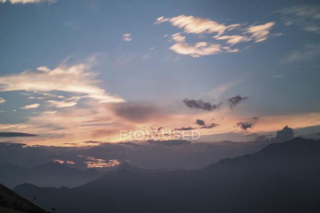 Гірський краєвид на заході сонця. — стокове фото