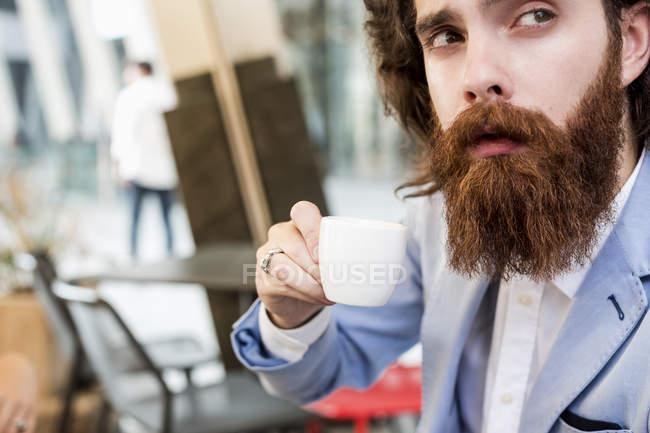 Бизнесмен пьет эспрессо — стоковое фото