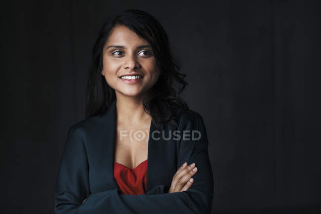 Retrato de mujer india sobre fondo negro - foto de stock