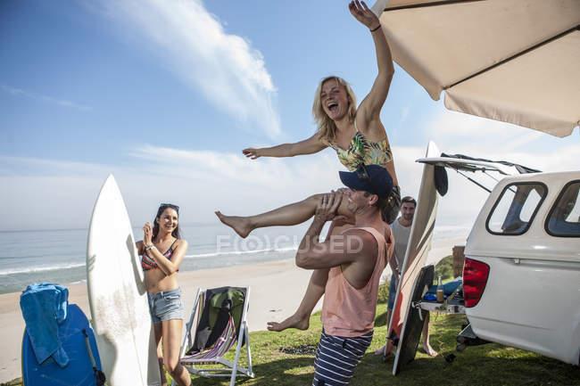 Homem levantando mulher excitada — Fotografia de Stock