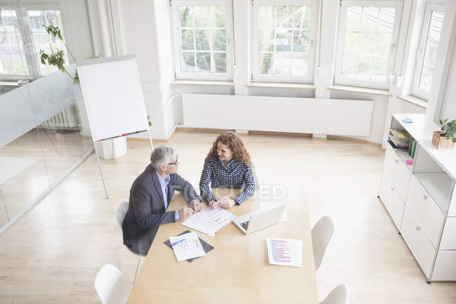 Businessman and businesswoman discussing — Stock Photo