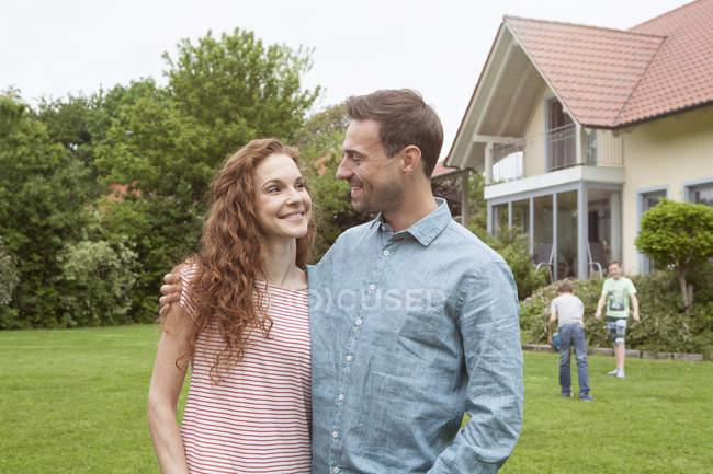 Пара в саду з дітьми — стокове фото