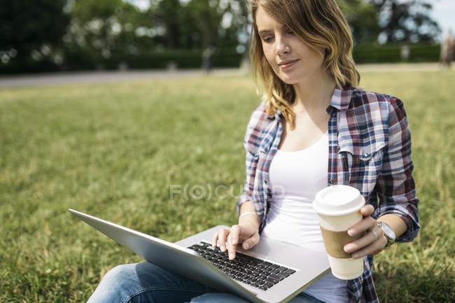 Mujer joven con café - foto de stock