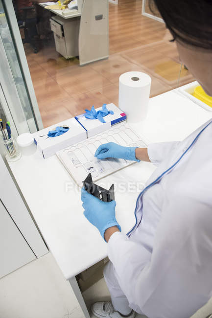 Laboratory technician in analytical laboratory preparing samples for analysis — Stock Photo