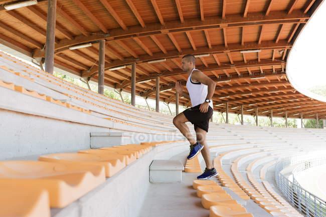 Молодой спортсмен бежит — стоковое фото