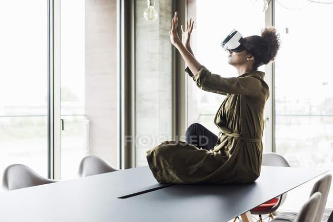 Mulher usando óculos de realidade virtual — Fotografia de Stock
