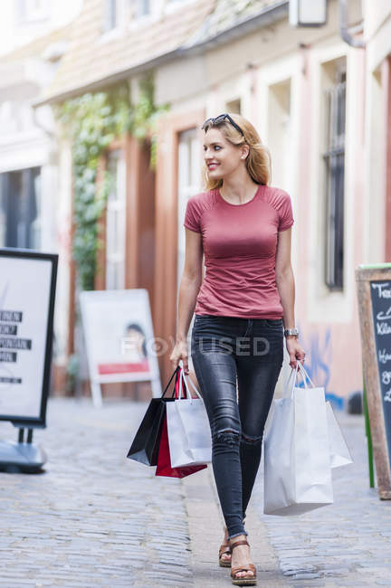 Smiling woman carrying shopping bags — Stock Photo