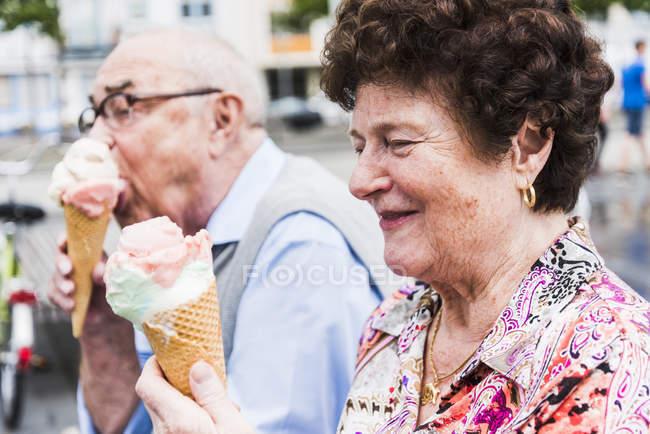 Casal sênior gosta de comer sorvete — Fotografia de Stock