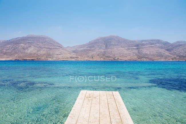 Греція, Кіклади, острові Amorgos, острів Nikouria, дерев'яні jetty та Егейське море — стокове фото