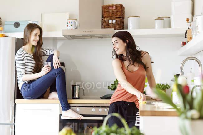 Дві жінки щасливі — стокове фото