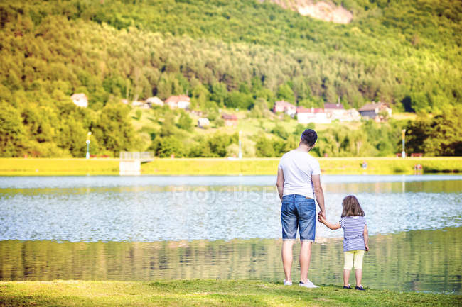 Резервного зору батька і маленькою дочкою стоячи на елегантній — стокове фото
