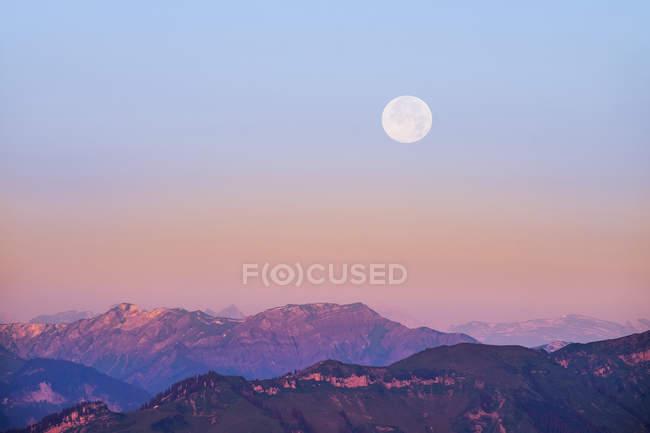 Alemania, Baviera, Allgaeu, Hoher Freschen con luna llena - foto de stock