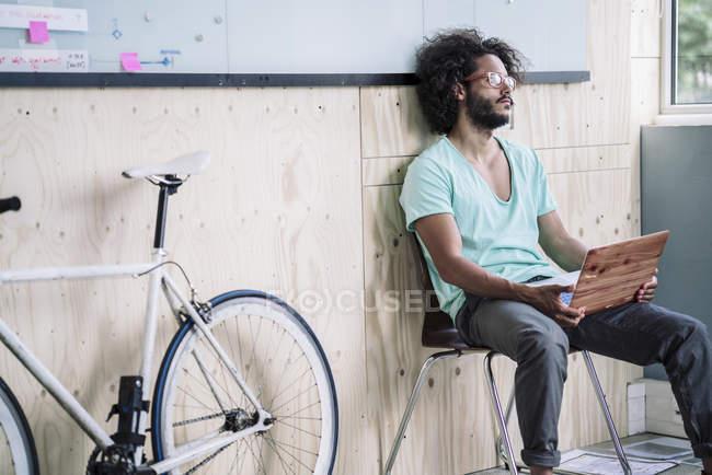 Diseñador trabajando en el ordenador portátil - foto de stock