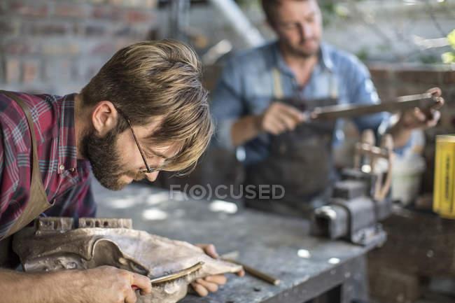 Barbuto maschio scultore lavora nello studio — Foto stock