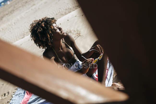 Jovem mulher banho de sol — Fotografia de Stock