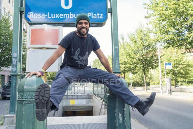 Jung in Berlin-Mitte, vor u-Bahn einzeln unterschreiben Rosa-Luxemburg-Platz — Stockfoto
