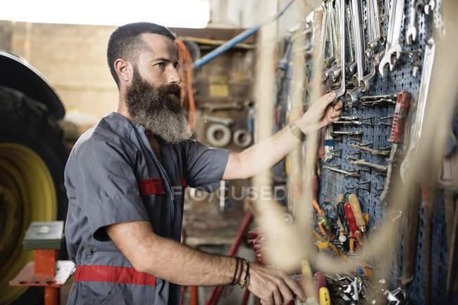 Mann in der Werkstatt mit Werkzeugen — Stockfoto