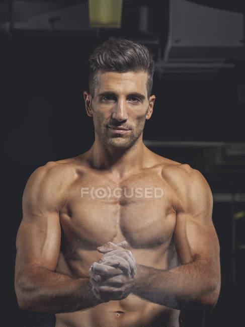 Bodybuilder debout dans la salle de gym — Photo de stock