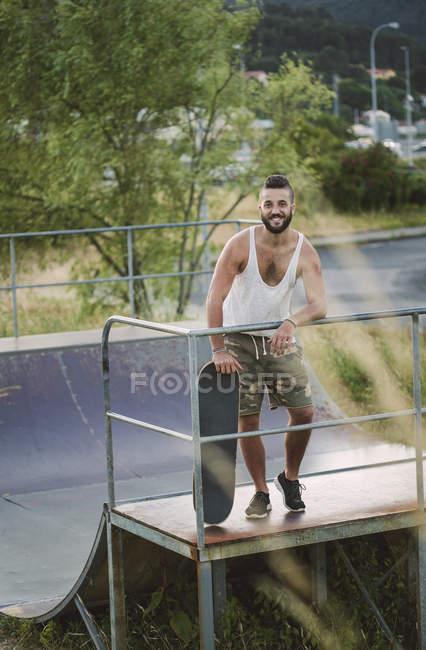 Skateboarder standing in skatepark — Stock Photo