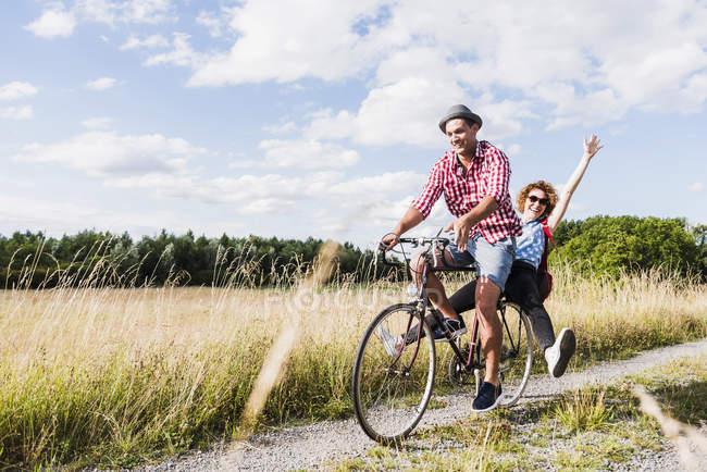 Jovem casal em passeio de bicicleta — Fotografia de Stock