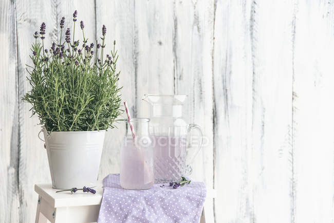Hausgemachte Lavendel Limonade mit Zitrone — Stockfoto