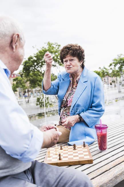 Senior couple playing chess — Stock Photo