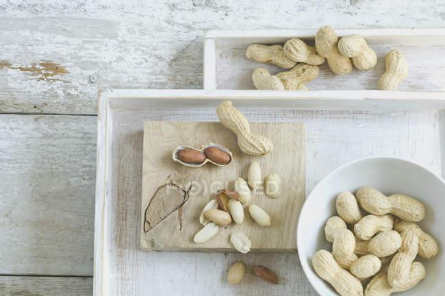 Intero e sfogliato arachidi — Foto stock