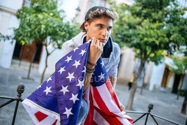 Портрет молодої людини з американським прапором — стокове фото