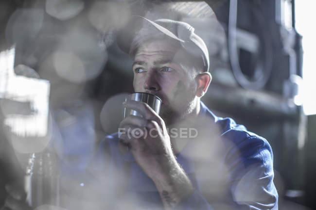 Mecânico em oficina tendo coffee break — Fotografia de Stock